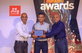 Paradise Island Resort, May 5, 2018: Imad Latheef (L), the director general of news and current affairs at VTV, was awarded recognition for his work as a sports journalist and pundit. The plaque was presented by Vaail Zahir Hussain (C) and the editor of Mihaaru newspaper, Moosa Latheef. PHOTO/IMAGES.MV