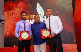 """Paradise Island Resort, May 5, 2018: Volleyballers Ahmed """"Longey"""" Abdul Kareem (R) and Ali Huzam (L), who won second and third place in Volleyball, and chairman of the Mihaaru Awards' judge committee, Hussain Mohamed. PHOTO/IMAGES.MV"""